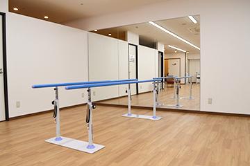 西宮・甲東園のささき整形外科・設備紹介ページの写真コーナー。リハビリルームの平行棒。